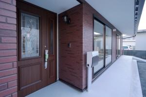 玄関と軒下